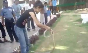 See how this girl caught the furious snake so easily, quite adventurous!!!