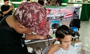 Indonesian barbers hold charity hairdressing fair for Palu tsunami victims