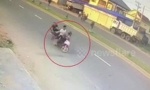 Brazen thieves snatch handbag from woman riding motorcycle