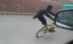 Amazing Pakistani cyclist does tricks while riding through open traffic