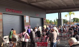 Hundreds queue for Costco's Black Friday sales in Venice, Los Angeles