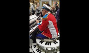 Elton John impersonator entertains London shoppers with street performance