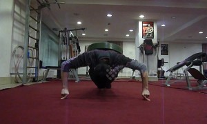 Excruciating feat of endurance as man does 2-finger push-ups with 50kg weight