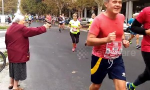 Heartwarming moment Italian grandma enthusiastically high fives marathon runners