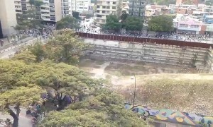 Protesters run from Venezuelan police during day of protest against Nicolás Maduro