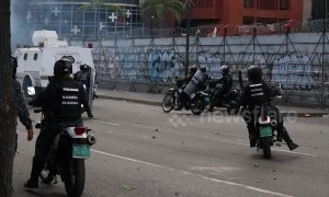 Police officers clashes with civilians in Caracas