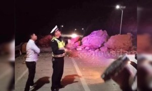 Coach crashes into giant fallen rocks after landslide in China