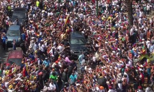 """Presidente!"" Venezuelans surround vehicle of Juan Guaidó"