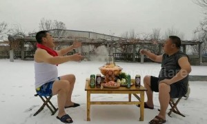 Two friends fulfill special promise of enjoying hotpot in snow