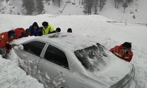 Rescuers save three vehicles buried in massive avalanches in China