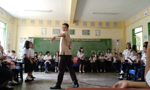 Teacher does full dance routine mid-class to his students' amazement