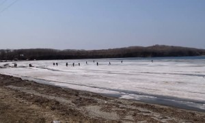 Fishermen Flee as Ice Begins to Break