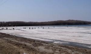 Fishermen Flee as Ice Begins to Break