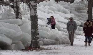 Tourists flock to see ice mountains in Fort Erie, Canada