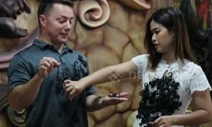 'Scorpion Queen' hangs dozens of critters on tourist's shirt in bizarre performance