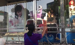 Windows cleaned by weird robot washing machine at Thai beauty shop