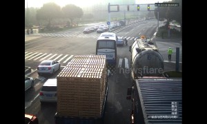 Hero oil tanker driver attempts to stop moving car with fainted motorist inside in China's Jiaxing