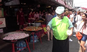 Chef amuses tourists with bizarre cooking technique