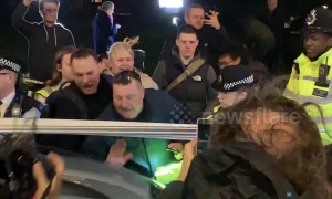 Far-right mob surrounds parked car despite police orders