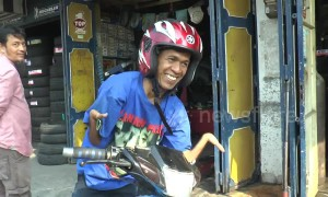 Man with rare arm deformity shows how he can ride a motorcycle