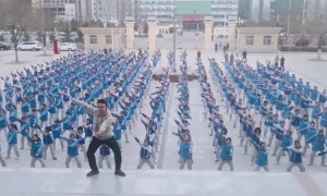 PE teacher leads dance routine with hundreds of students in China