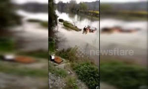 Good Samaritans rescue driver after car falls into river in China's Guizhou