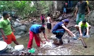 Residents bath in river stream amid nationwide blackouts in stricken Venezuela