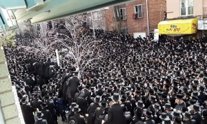 Tens of thousands of Jews mourn death of grand Rabbi in Brooklyn, NYC