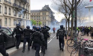 "Police charge ""yellow vest"" protesters in Lyon"