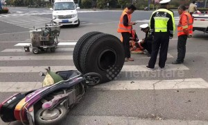 Tyre falling off semitrailer runs over worker on Chinese highway
