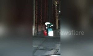 Lazy customer lowers rope to pick up food from UK delivery driver