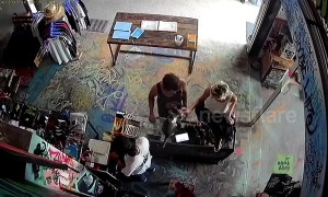 Audacious backpacker innocently strokes cat then steals shop assistant's phone in Bali