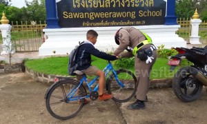 Kind-hearted policeman fixes boy's bike