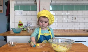 Two-year-old makes edible slime during own 'cooking show'