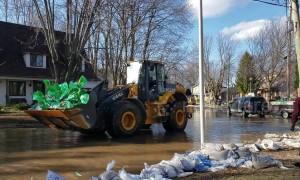 Volunteers help Montreal residents as spring floods break records in eastern Canada