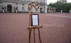'It's exciting!' Tourists queue outside Buckingham Palace to glimpse royal baby easel
