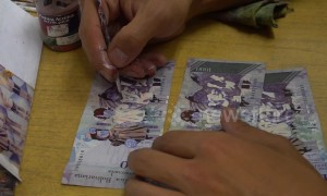 Venezuelan migrants create beautiful watercolour portraits out of worthless notes in Bogota, Colombia