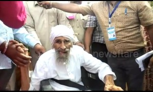 Delhi's oldest voter casts his vote in Indian general election