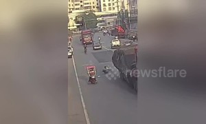 Scooter rider miraculously survives from being run over by lorry in China
