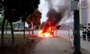 Driver narrowly survives after escaping from burning car in China
