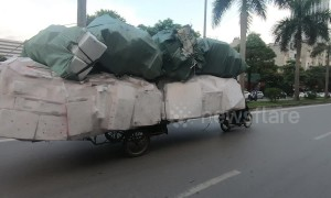 Ridiculously overloaded motorcycle cart carries 6m stack of foam boxes