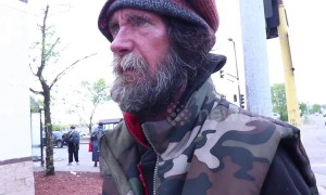 Muslim man chats with homeless veteran about life experiences