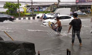 Man goes surfing on flooded Thai road after heavy rain