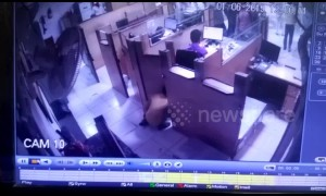 Cheeky thief sneaks up on bank employee and steals cash