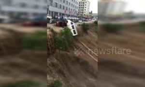 Flash floods in China's Yanhe sweep parked vehicles into Wu River after rainstorm