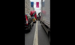 Cyclist slaloms through completely gridlocked traffic in central London