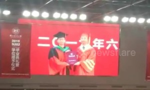 Nervous graduate forgets to take diploma after having picture with university president in China