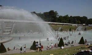 Heatwave forces tourists to cool off in Paris' fountains