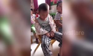 Nursery teacher pranks boy nodding off during class in China's Zhoukou
