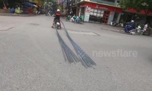 Motorbike stops traffic while dragging 6-metre long bundle of steel through crowded street